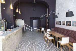 Specifikem divadelního baru je možnost vysunutí barových stolů. Z baru se tak může stát další divadelní scéna.