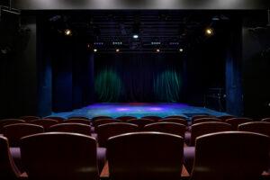 """Pohled z hlediště na nově vybudovanou komorní scénu Divadla """"12"""""""